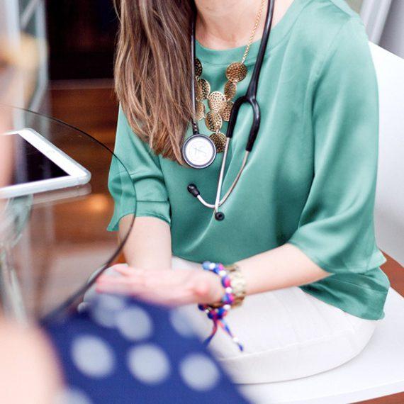 Dr. Maria Fernanda Arboleda talking to a patient at Santé Cannabis